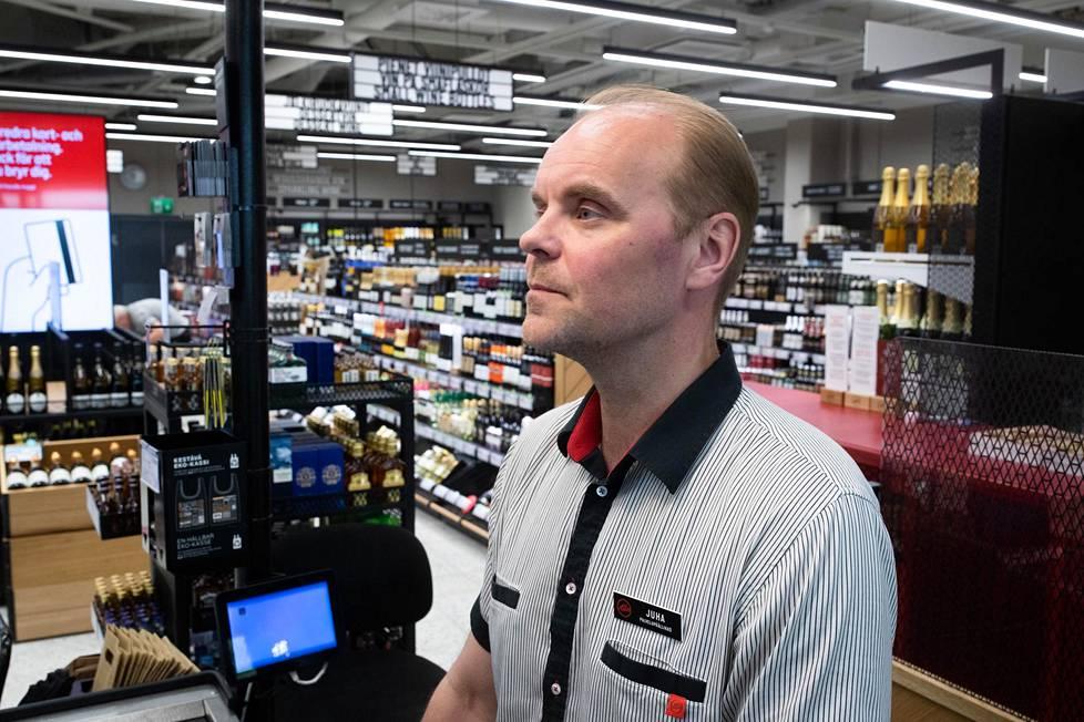 Herttoniemen Alkon palvelupäällikkö Juha Tuovinen tietää jo ennalta, keneltä aikoo kysyä paperit.