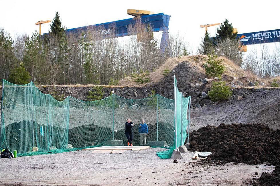 Silja Kosonen's training site is right next to the Perno shipyard.  Coach Jani Pihkanen followed the exercises.
