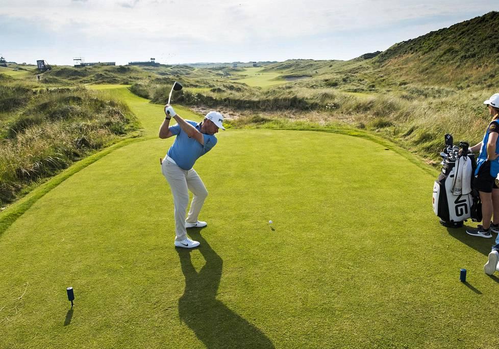 Englantilainen Lee Westwood harjoitteli Portrushissa Pohjois-Irlannissa sijaitsevan Royal Portrush Golf Clubin kentällä maanantaina.