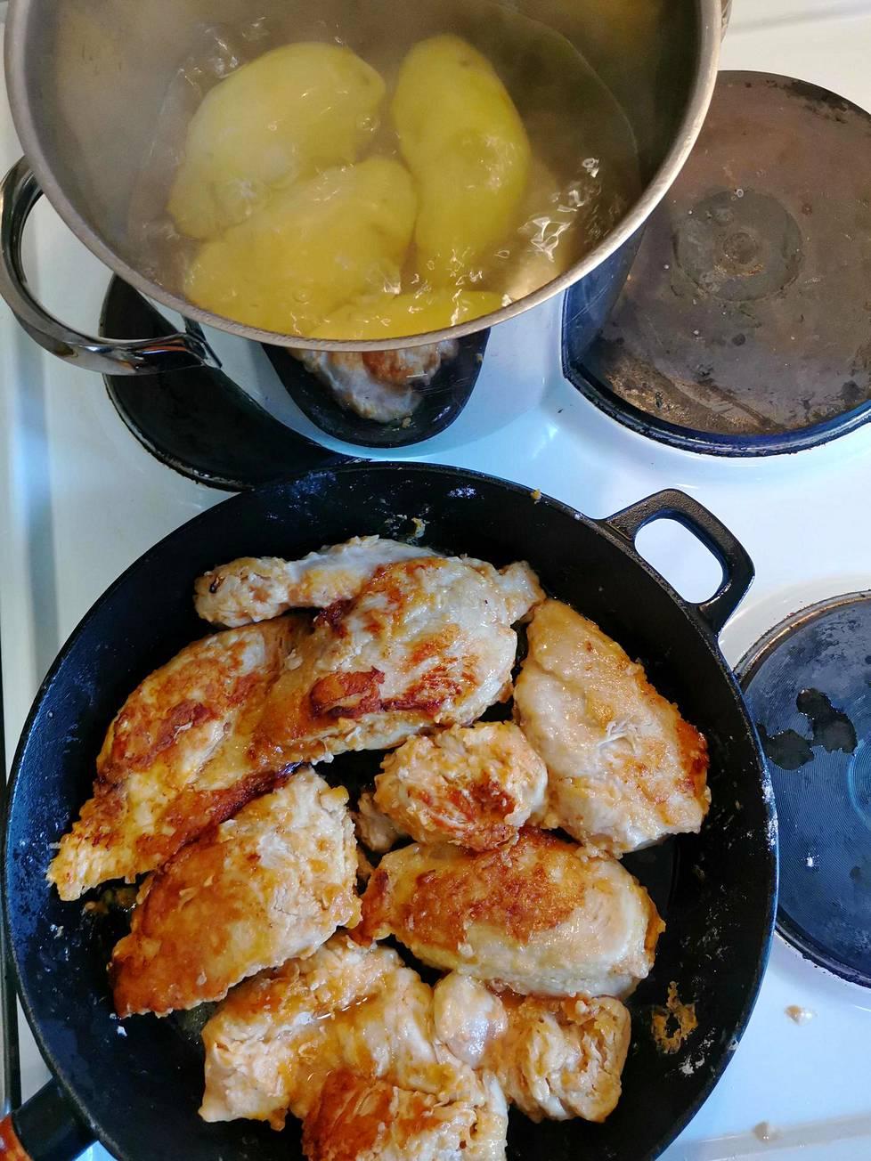 Tämä on väliaikaisen kouluruokalan keittiö. Listalla on perunamuusia ja broileripihvejä lapsenlapsille sekä korvapuusteja ja vispipuuroa koko näiden perheelle mummon laittamana.