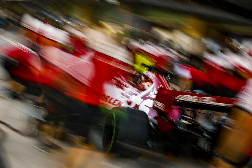 Kimi Räikkönen Abu Dhabin radalla torstaina. F1 kauden päätöskilpailu ajetaan sunnuntaina.