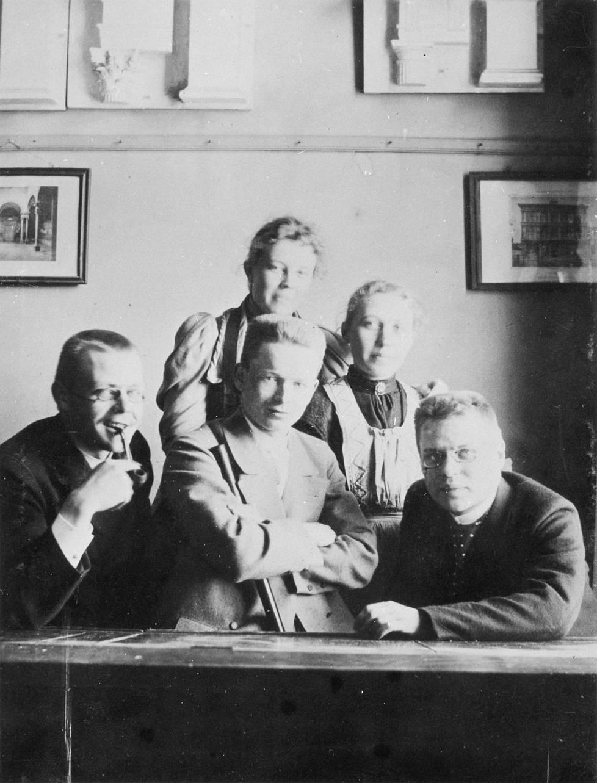 Arkkitehtiopiskelijoita Helsingin Polyteknillisessa opistossa keväällä 1896: Torsten Montell (edessä vas.), Eliel Saarinen ja Armas Lindgren, takana Stina Östman ja Wivi Lönn.