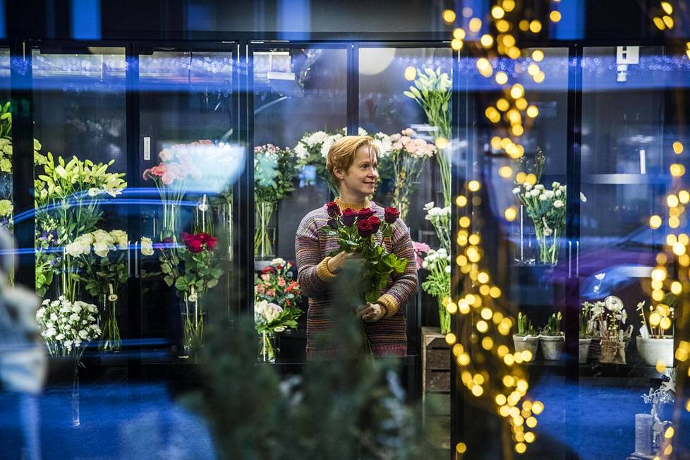 Kukkakauppias Sari Kunnas iloitsee siitä, että Lauttasaaren suuret rakennushankkeet ovat valmistuneet, ja asiakkaat löytävät jälleen kauppaan.