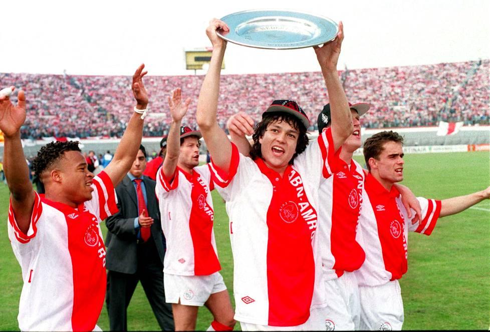 Keväällä 1994 Amsterdamin Ajax juhli Hollannin liigan voittoa. Kaikkiaan Jari Litmanen voitti Ajaxin kanssa viisi mestaruutta.