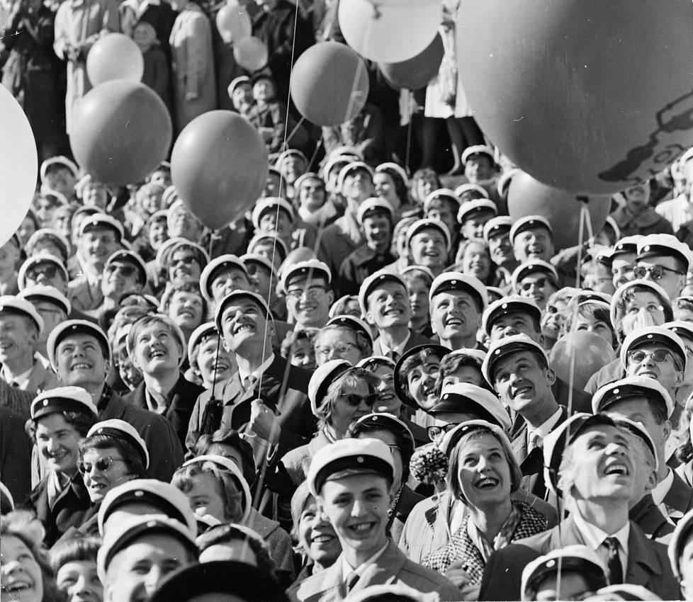 Yleisö seurasi Ullanlinnanmäellä, kun Miss Suomi Ritva Wächter saapui vappupäivän juhliin helikopterilla 1961.
