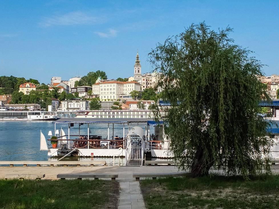 Savajoen taustalla kohoaa Belgradin vanhakaupunki.