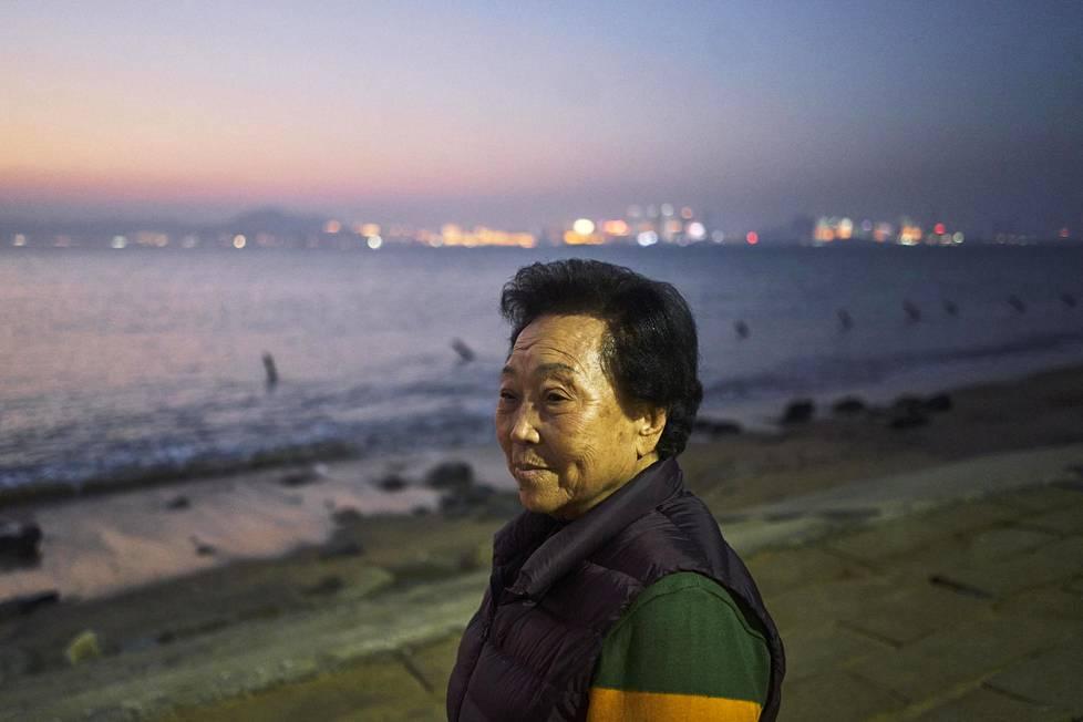 Lin Wu Pen-zhi, 93, käy joka päivä rannalla, josta hän näkee Manner-Kiinan Xiameniin. Kun lauttayhteyden Jinmenistä sinne avautuivat, hän kävi hakemassa salmen toiselta puolelta rakennustarvikkeita.