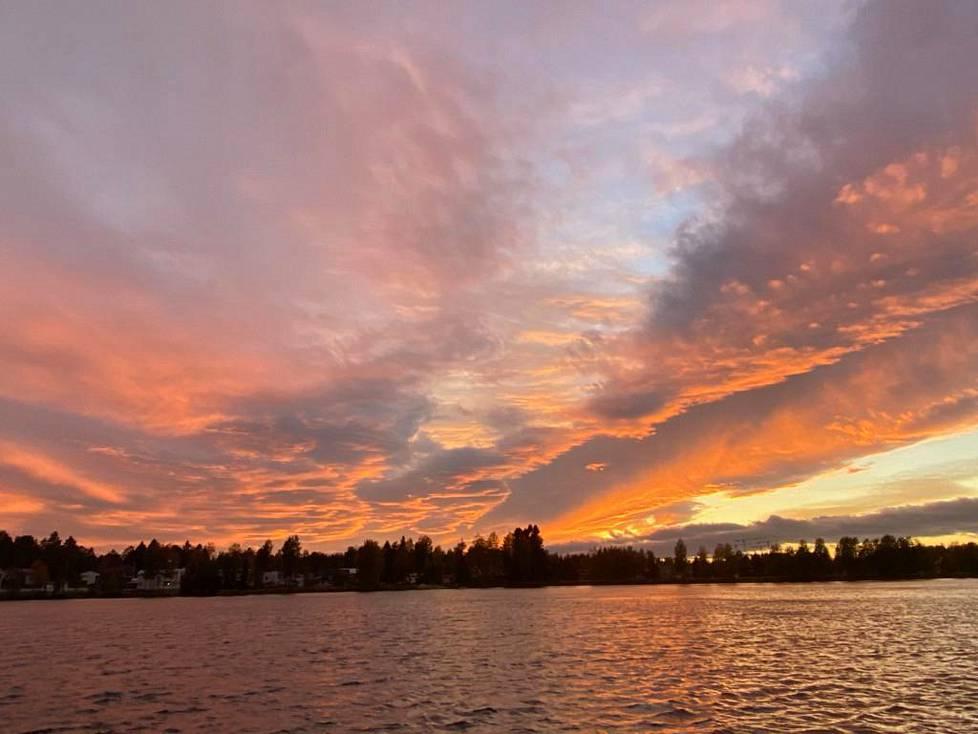 Taivas punersi puoli kahdeksan aikaan illalla Oulussa.