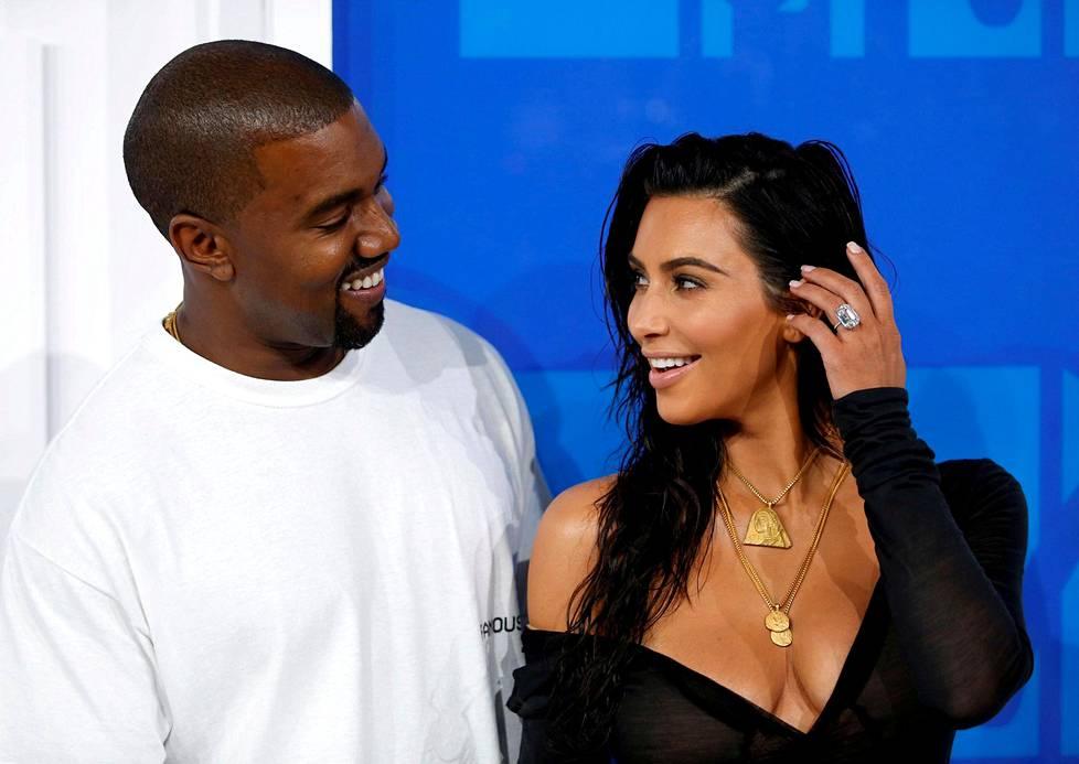 Tosi-tv-tähti Kim Kardashian Westiltä varastettiin sunnuntaina neljän miljoonan euron arvoinen sormus ja muita koruja. Kuvassa Kardashianin kädessä on varastettu sormus. Vasemmalla on hänen puolisonsa rap-artisti Kanye West.