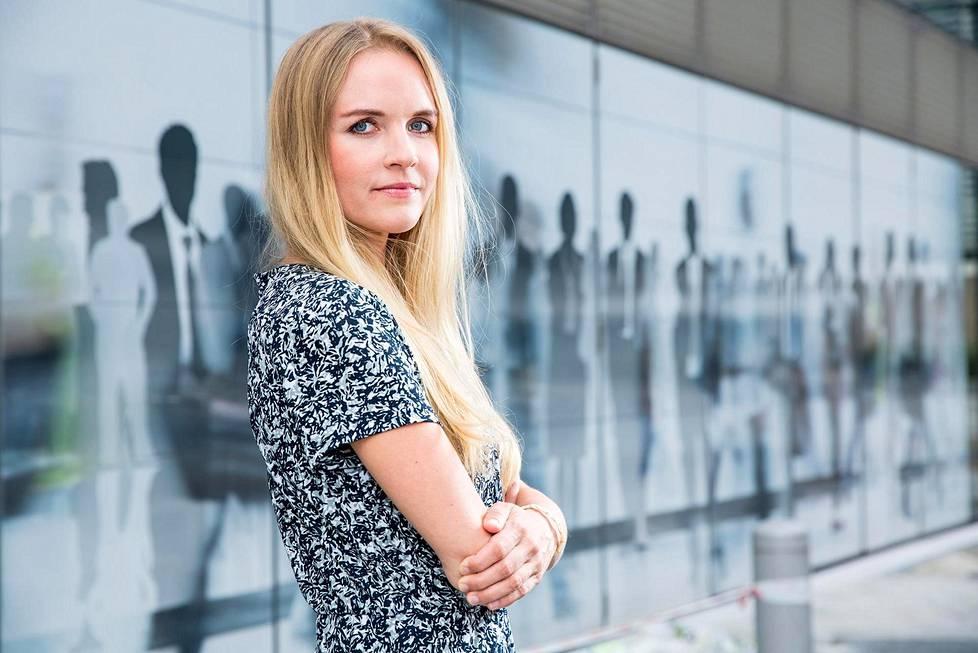 """Aura Salla viihtyy työssään, mutta veri vetää vaalikentille. Hän on ehdolla seuraavissa eurovaaleissa, """"jos kokoomus ottaa listoille""""."""