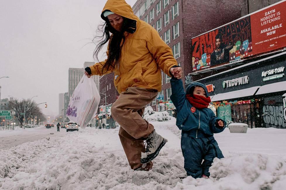 Nainen lapsensa kanssa ostosreissulla Manhattanilla.