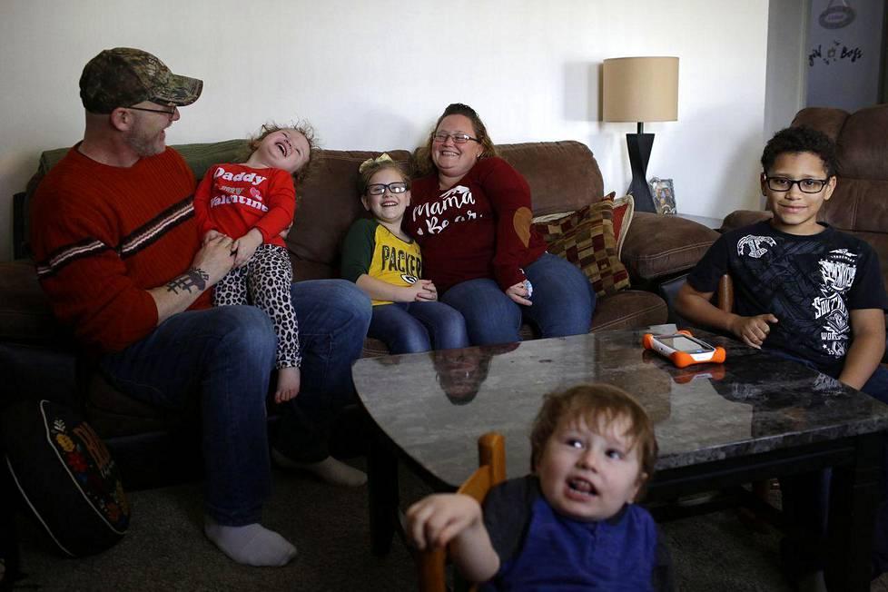 Troy Pulliam ja Jeanette Dlouhy lapsineen kotonaan Decaturissa Georgian osavaltiossa.