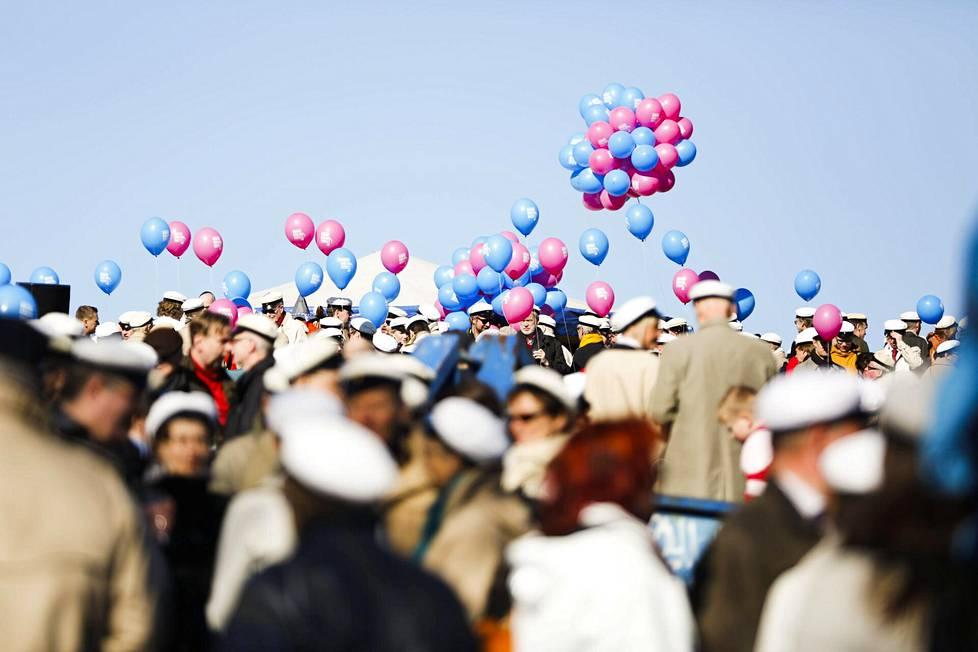 Aamutunnelmaa Kaivopuistosta vappupäivänä vuonna 2013.