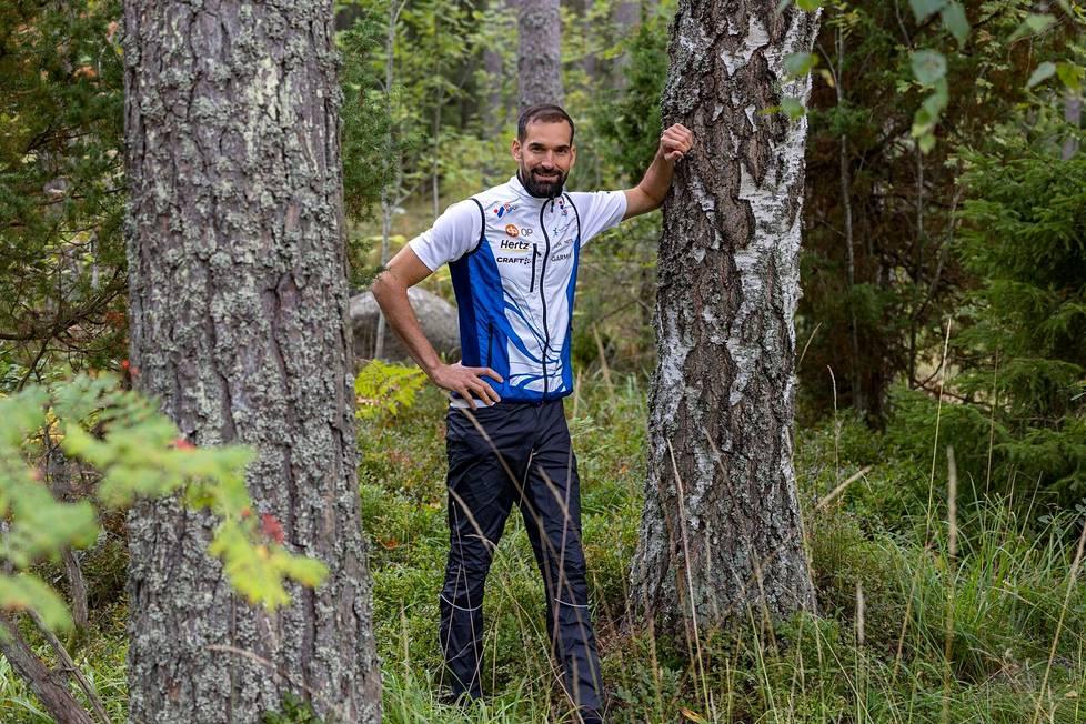 Thierry Gueorgiou sonnustautui kuvauksen merkeissä Suomen maajoukkueen asuun ensimmäistä kertaa kotimaisemissaan Uppsalassa.