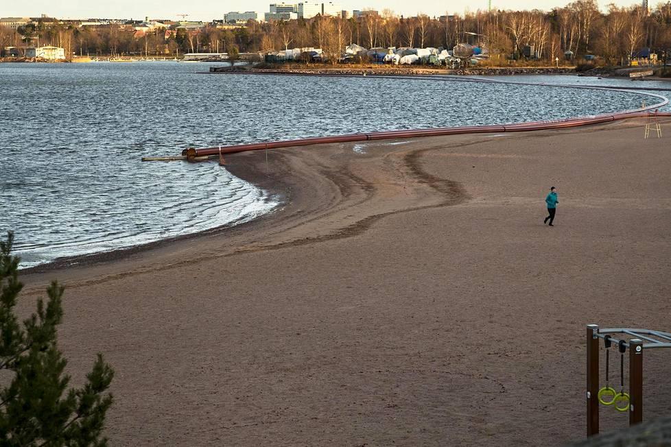 Lenkkeilijä Hietaniemen rannalla 5. tammikuuta 2020.