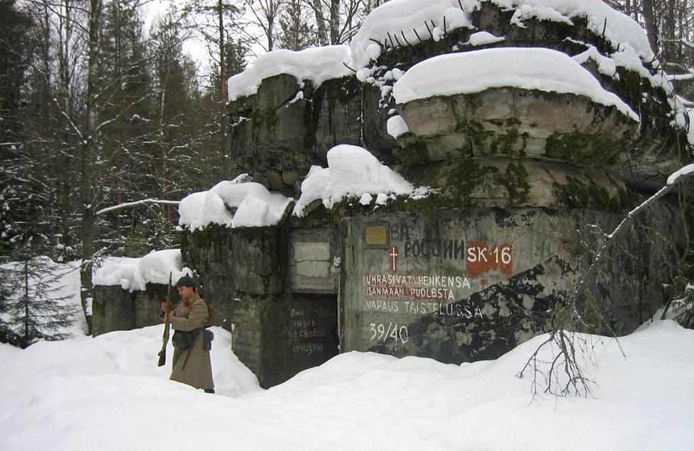 Historian elävöittämistä pitkään harrastanut Bair Irincheev Summankylän SK 16 -majoitusbunkkerin edessä vuonna 2007. Bunkkeri toimi talvisodassa myös pataljoonan komentopaikkana.