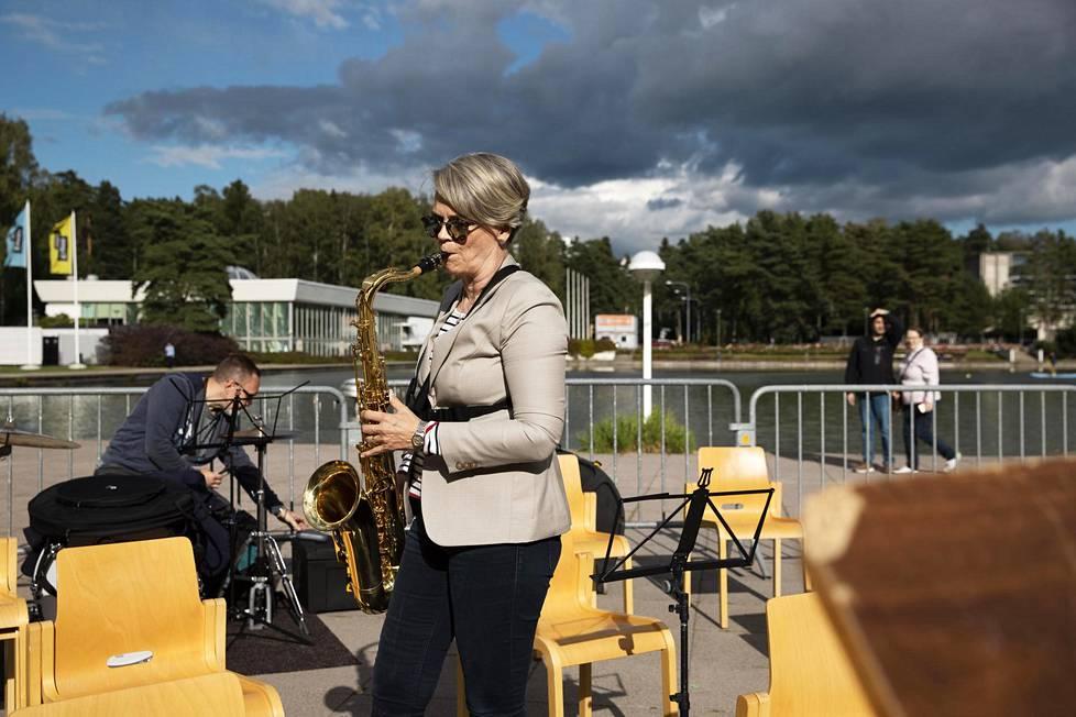Tapiolan viihdeorkesterin jäsenistä valtaosalla on korkeakoulututkinto, kertoo yhtyeen saksofonisti Riitta Mesimäki. Hän on koulutukseltaan kasvatustieteen maisteri.