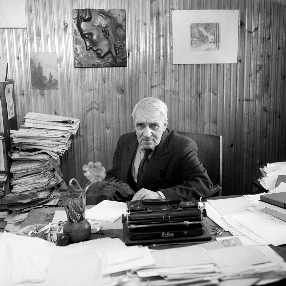 Kirjailija ja runoilija Gunnar Björling kotonaan maaliskuussa 1960.