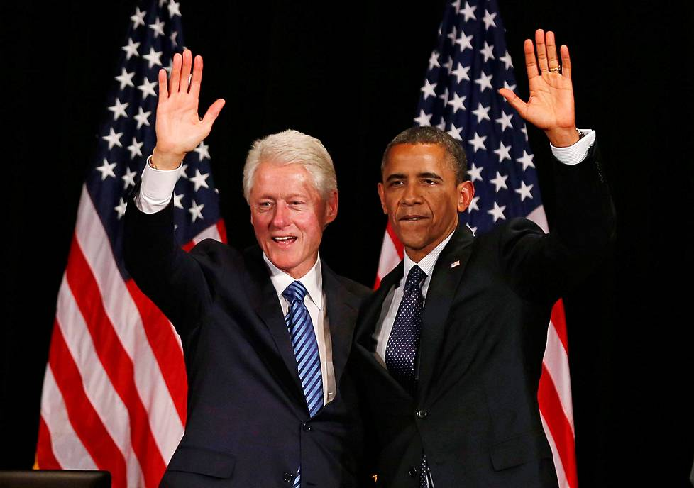 Bill Clinton (vas.) ja Barack Obama maanantaina New Yorkissa.