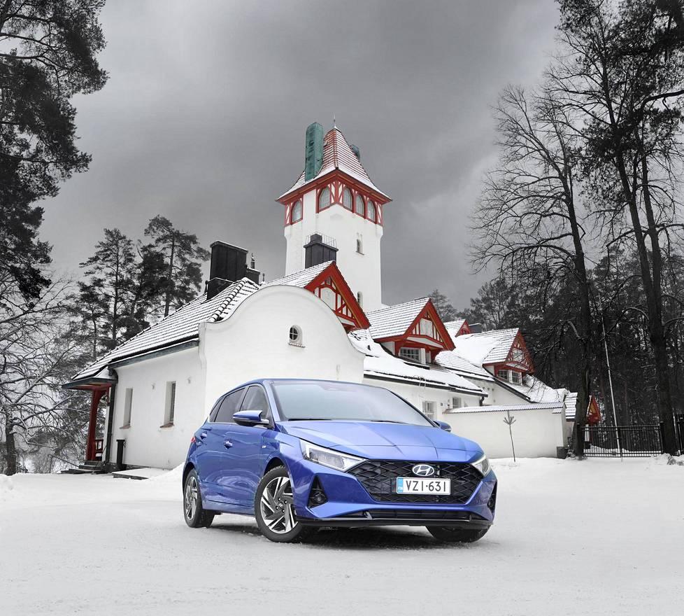 Uusimman sukupolven Hyundai i20 on muotoiltu edeltäjiään sutjakammaksi. Auto kuvattiin Villa Havulinnan edustalla Noormarkussa.
