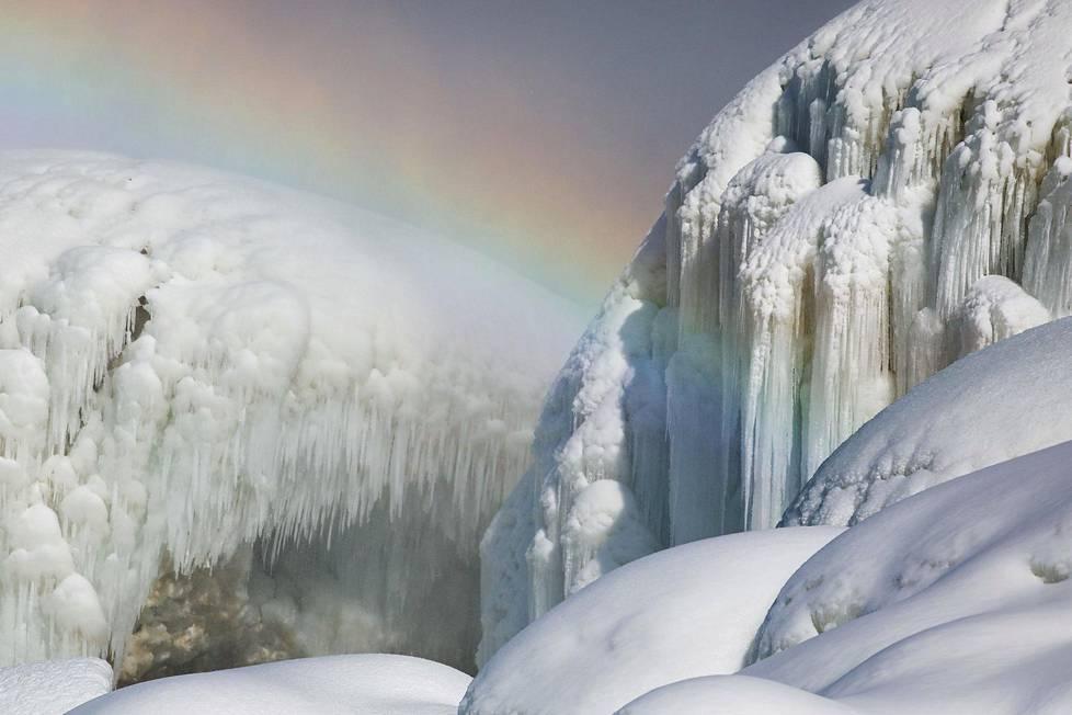 Talven pakkaset ovat saaneet Niagaran putoukset osittain jäätymään.