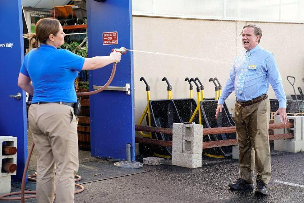 Tilannekomedia Superstore (2015–2021) seuraa supermarketin työntekijöiden arkea. Kuvassa Lauren Ash (Dina) ja Mark McKinney (Glenn).