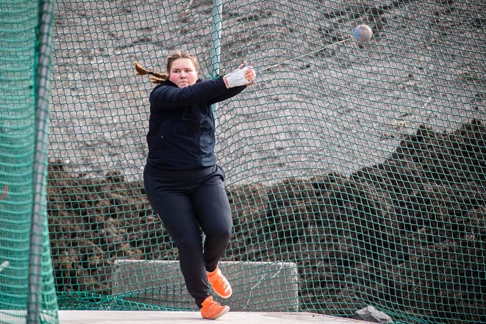 Silja Kosonen, 18, on ikäisissään lähes maailman paras. Hän harjoittelee omassa rauhassaan raisiolaisella hiekkamontulla.