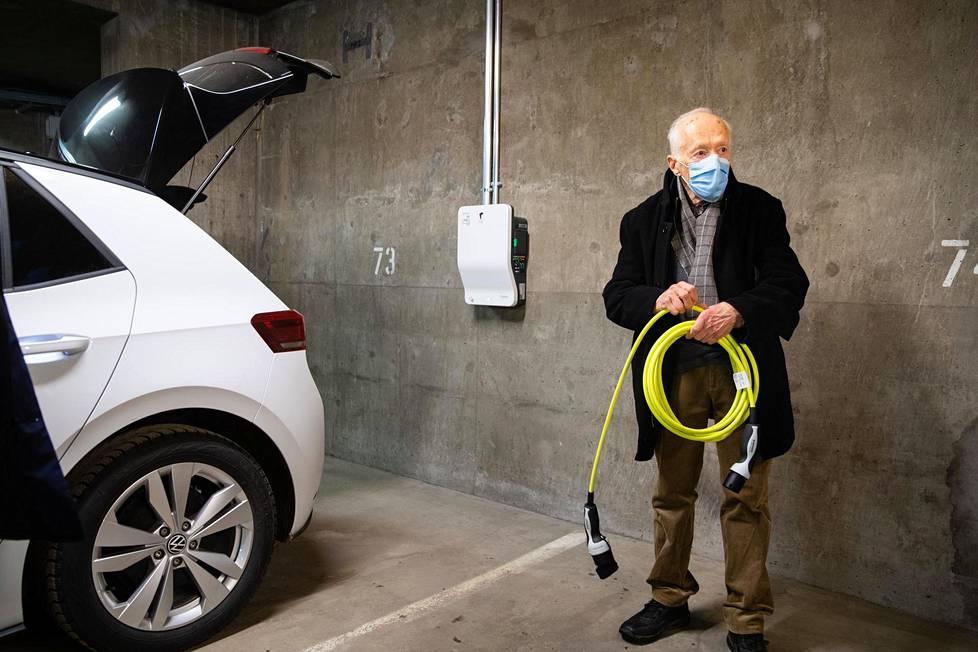 Raimo Virtasen taloyhtiössä latauslaitteen asennuttaa ja maksaa kunkin autopaikan osakas itse sitten, kun sitä tarvitsee. Asennus laitteineen maksaa noin 2500 euroa.