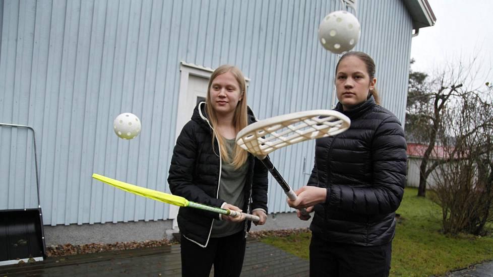 Ahkeran omatoimisen harjoittelun ansiosta Veera (vas.) ja Oona Kaupille on kehittynyt verraton pallonkäsittelytaito. Oona on kaksosista vanhempi. Hän syntyi minuutin ennen Veeraa.