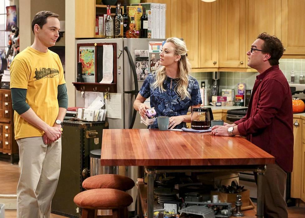 Sheldon Cooper (Jim Parsons, vas.), Penny (Kaley Cuoco) ja Leonard Hofstadter (Johnny Galecki) ovat Big Bang Theoryn eli Rillit huurussa -sarjan keskuskolmikko.  Leonard ja Sheldon ovat kämppäkavereita, joiden naapuriin Penny muuttaa sarjan alussa.