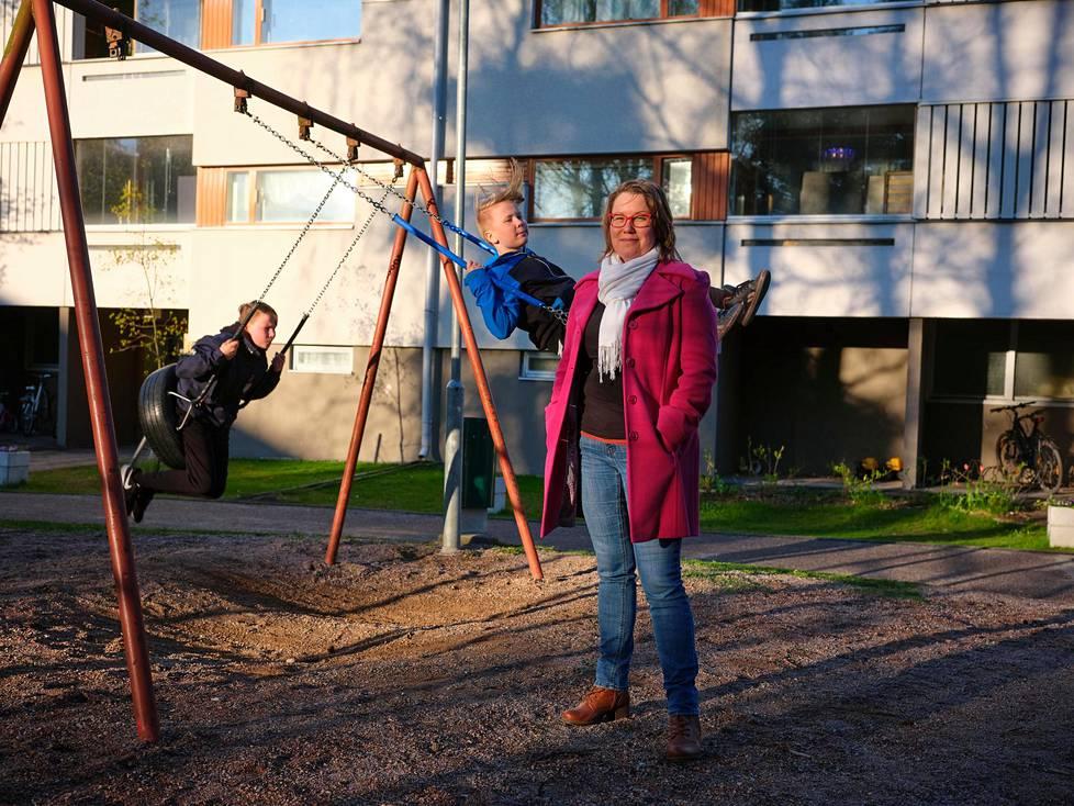Sonja Iltanen-Tähkävuoren lapset Timo Tähkävuori (oik.) ja Olli Tähkävuori palasivat torstaina kouluun poikkeustilan jälkeen.