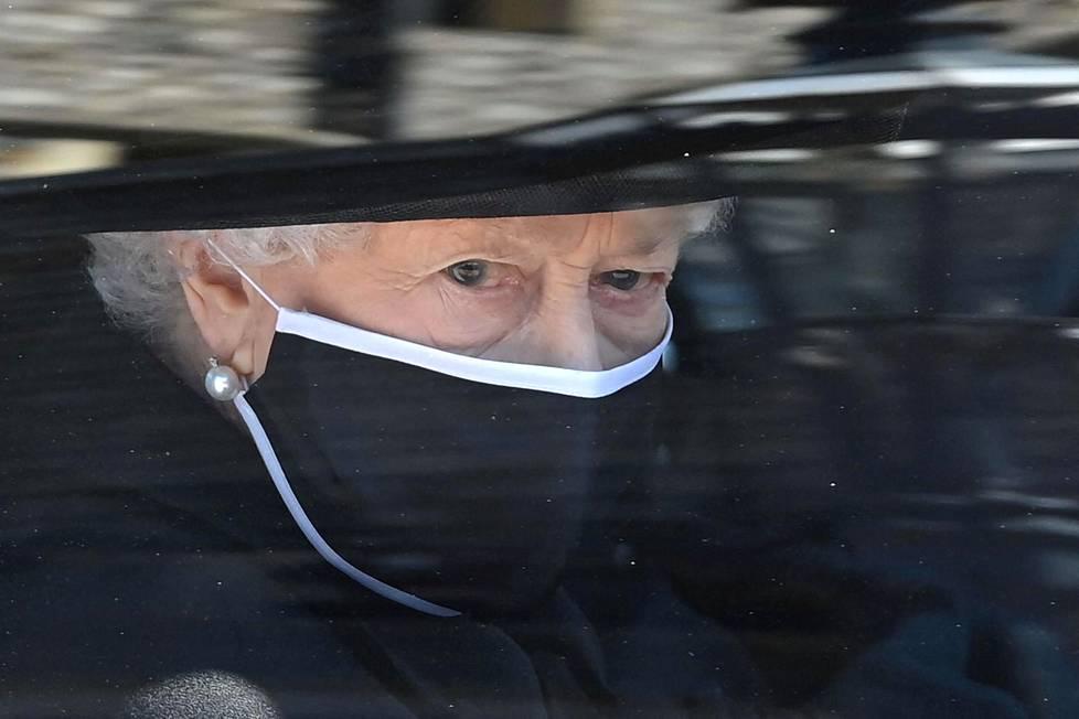 Kuningatar Elisabeth II saapui kuninkaallisella Bentley-autollaan prinssi Philipin hautajaisiin. Elisabeth on ollut kuningattarena yli 69 vuotta ja hän oli naimisissa Philipin kanssa yli 70 vuotta.