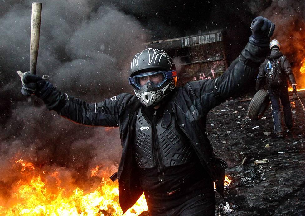 Mielenosoittaja Maidan-aukiolla helmikuussa 2014.