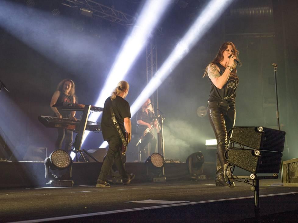 Nightwish soitti salakeikan oulussa Club Teatrialla Nevski & the Prospects nimellä.