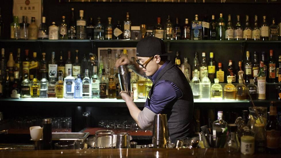 Baarimikko Wang Cong sekoittaa Charlie Chaplin -drinkkiä Maomaochongissa, joka sijaitsee Pekingin hutongien alueella.