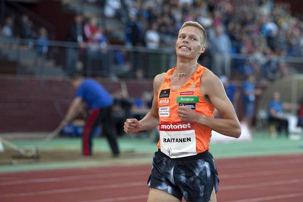 Topi Raitanen miesten 3000 metrin juoksussa yleisurheilun kotimaisen GP-sarjan kilpailussa Joensuussa keskiviikkoiltana.
