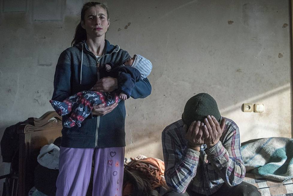 Azat Gevorkyan ja hänen vaimonsa Anaik joutuvat jättämään kotinsa Lachinissa Vuoristo-Karabahissa. Yleiset uutiskuvasarjat, 1. palkinto.