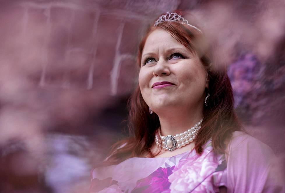 Elina Hiltunen on tulevaisuudentutkija, kauppatieteiden tohtori ja kemian diplomi-insinööri. Keväällä 2020 Forbes-lehti valitsi hänet 50 maailman johtavan naisfuturistin joukkoon.