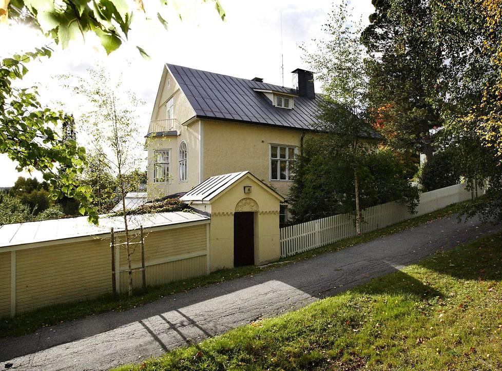 Oma asuintalo (1911, Jyväskylä). Seminaarimäen kaupunginosaan Lönn suunnitteli monta huvilaa, yhden myös itselleen. Siihen hän haki vaikutteita Italiasta: pihalle tultiin muurin takaa portista, ja taloon kuului talvipuutarha.