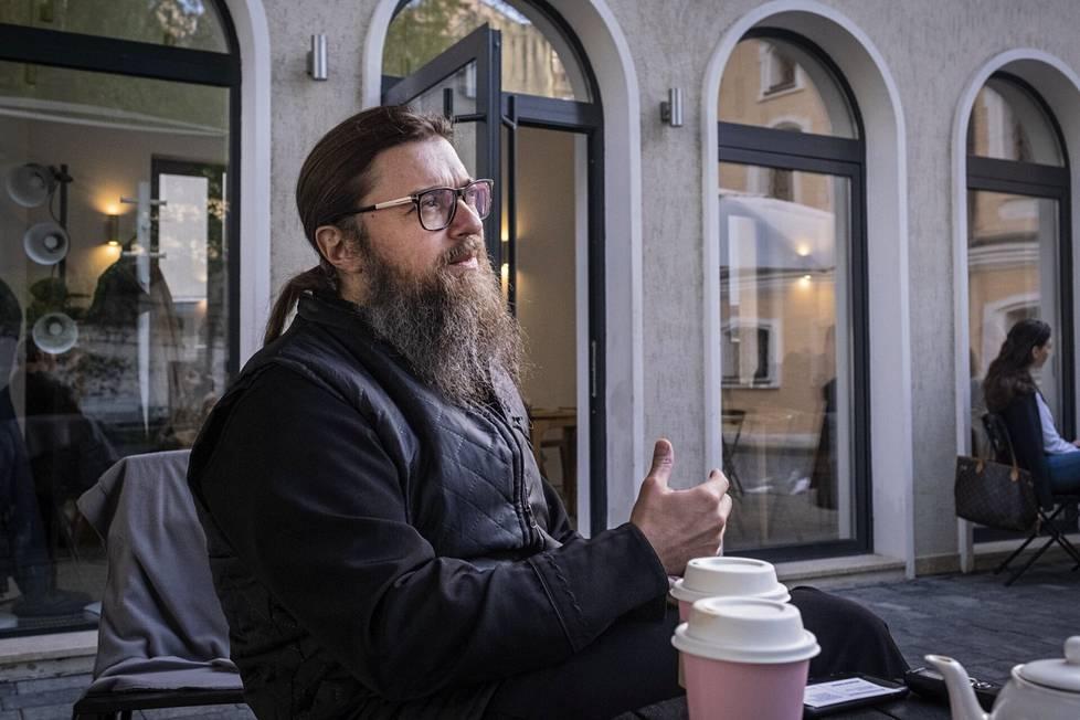 Moskovalaisen Pyhän pappismarttyyri Antipas Pergamonlaisen kirkon kirkkoherra Andrei Štšennikov kirkon sisäpihalla olevan kahvilan terassilla.