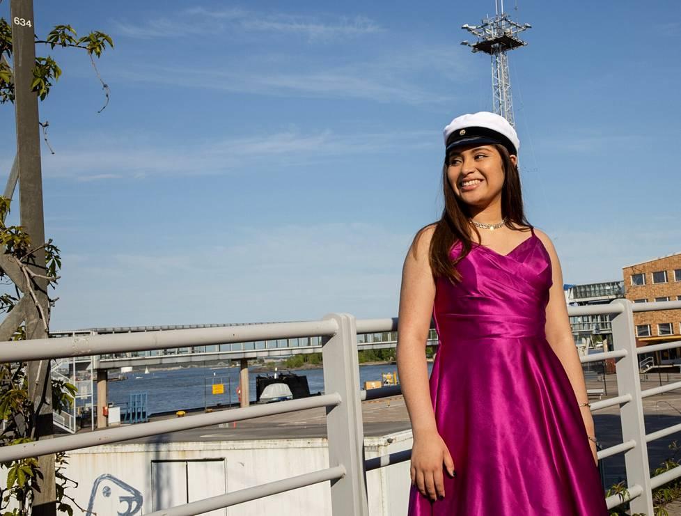 Grace Villeda sai lakkinsa lauantaina ja pysähtyi hetkeksi kuvattavaksi lähellä Olympiaterminaalia.