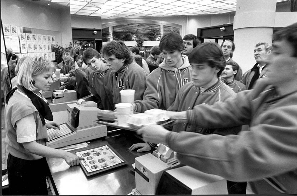 Suomen ensimmäinen McDonald's avattiin Tampereen Keskustorille. Kuva vuodelta 1985.