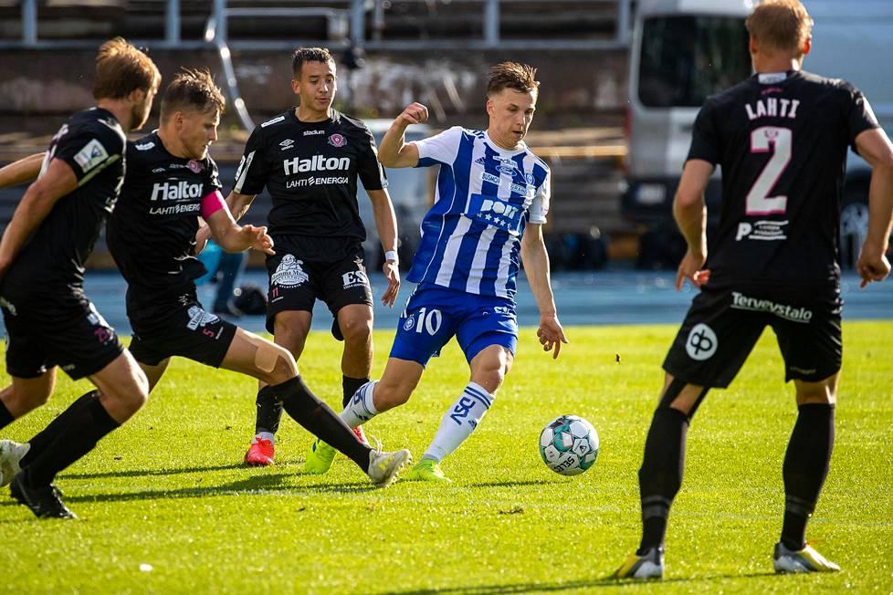 HJK:n maalintekijä Lucas Lingman ottelussa FC Lahtea vastaan, kun Veikkausliiga vihdoin käynnistyi sen jälkeen, kun koronarajoitustoimia lievennettiin.