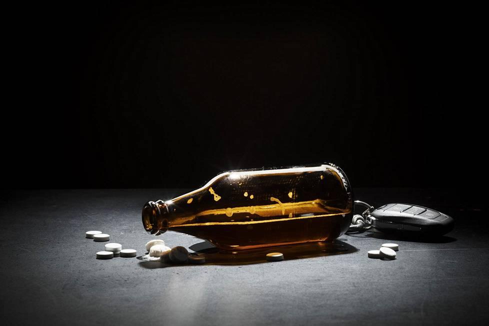 Alkoholin vaikutuksen alaisten kuljettajien määrä oli viime vuonna lähes kaksinkertainen huumeiden ja lääkkeiden vaikutuksen alaisena ajaneiden määrään verrattuna.