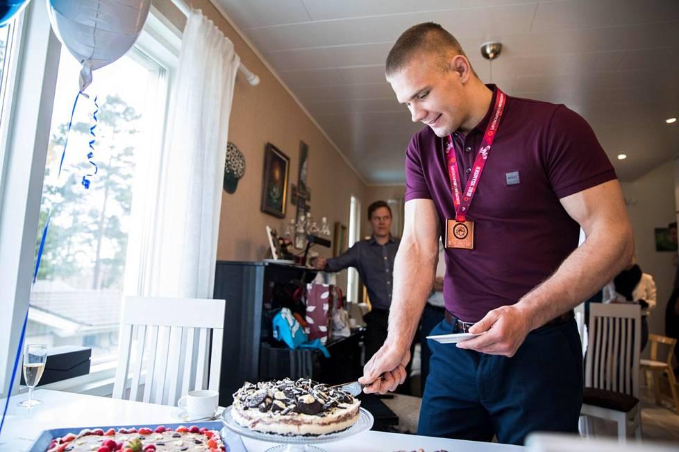 Kolme vuotta sitten Elias Kuosmanen leikkasi kotonaan mitalikakkua EM-pronssin kunniaksi.