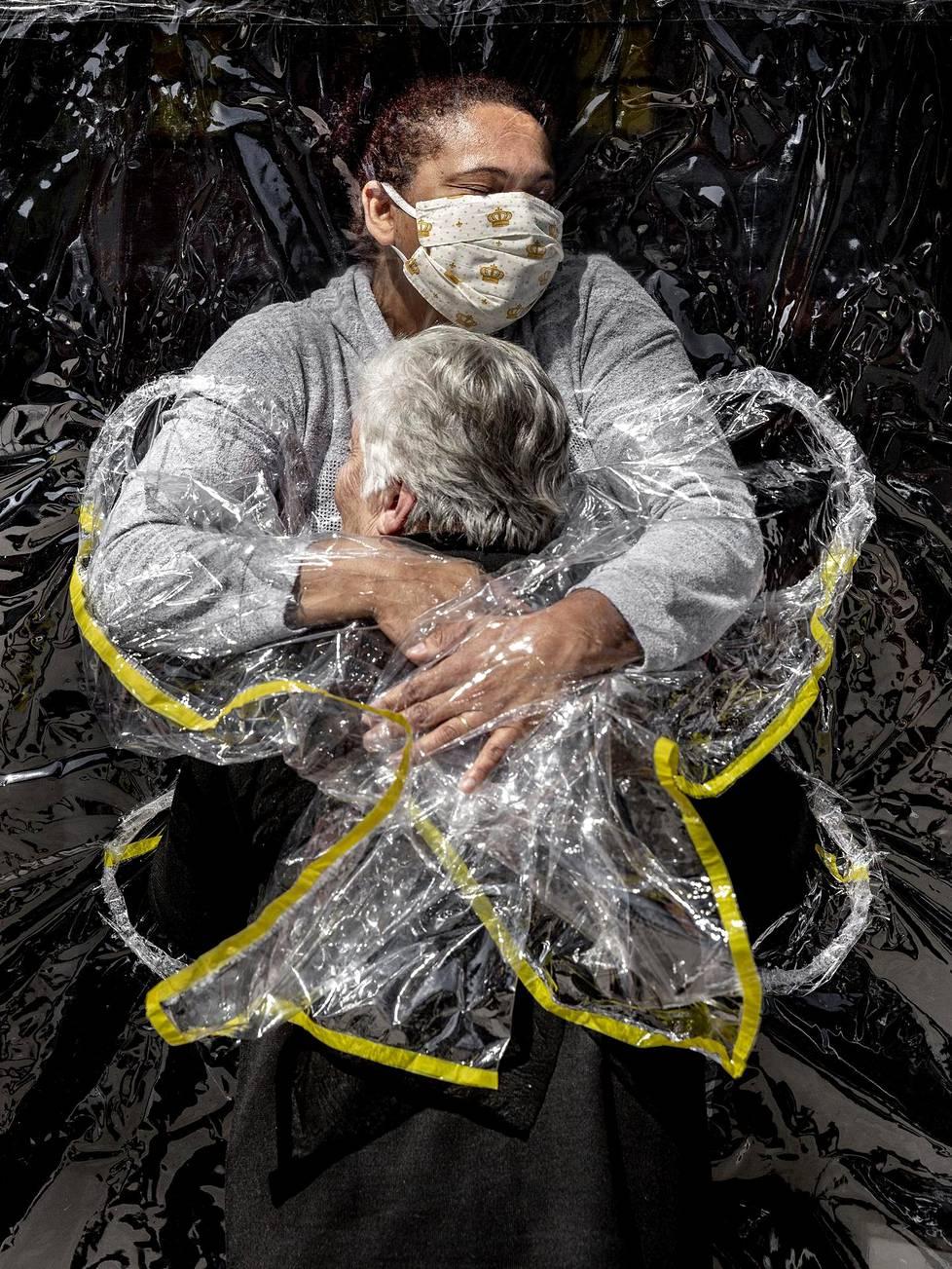 85-vuotias Rosa Luzia Lunardi saa halauksen hoitaja Adriana Silva da Costa Souzalta hoitokodissa Brasilian São Paulossa. Vuoden kuva.