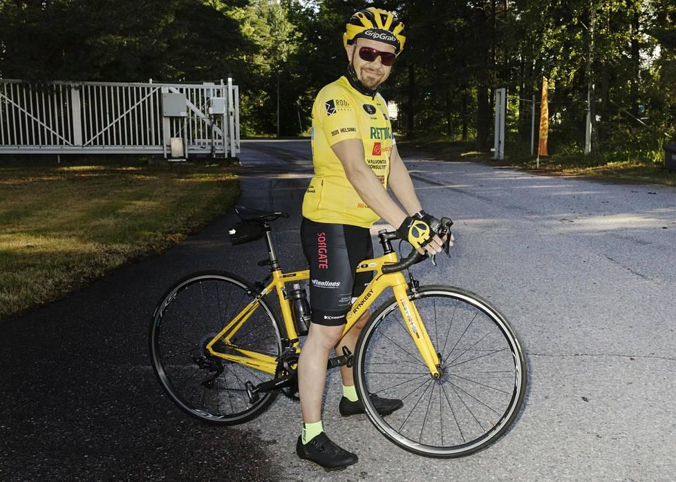 Keuhkosyövästä toipunut Ville Vartiainen pyöräilee ympäri Suomea keräten rahaa syöpäsairaille lapsille.