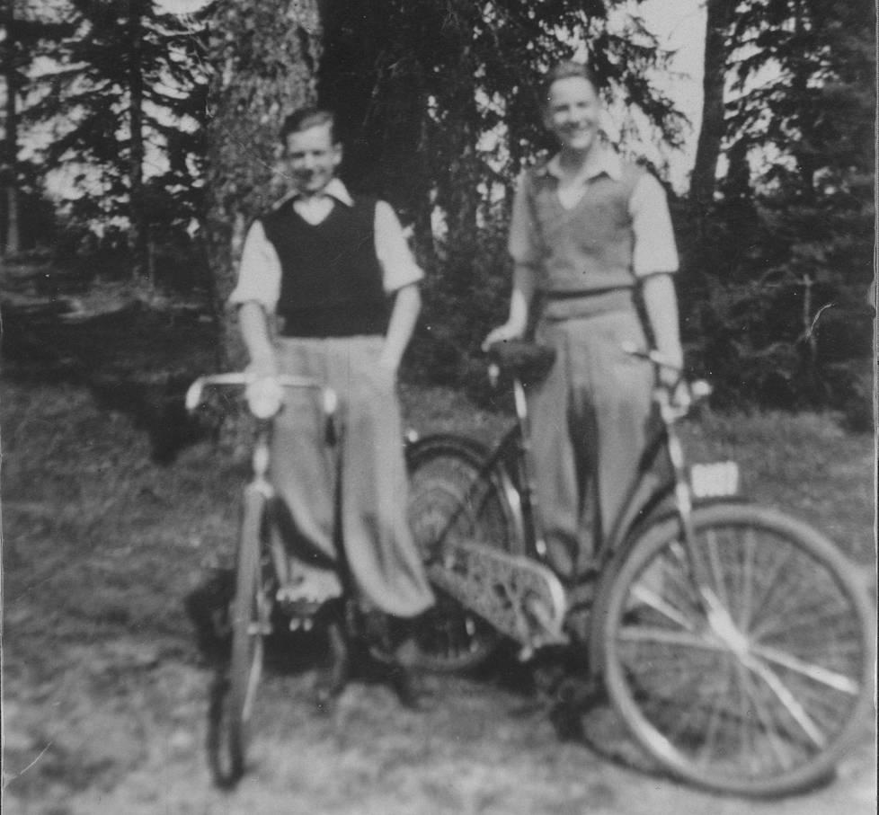 Teini-ikäiset tulevat sotasankarit Eugen Wist ja Lauri Törni kuvattuna noin 1936–1937.