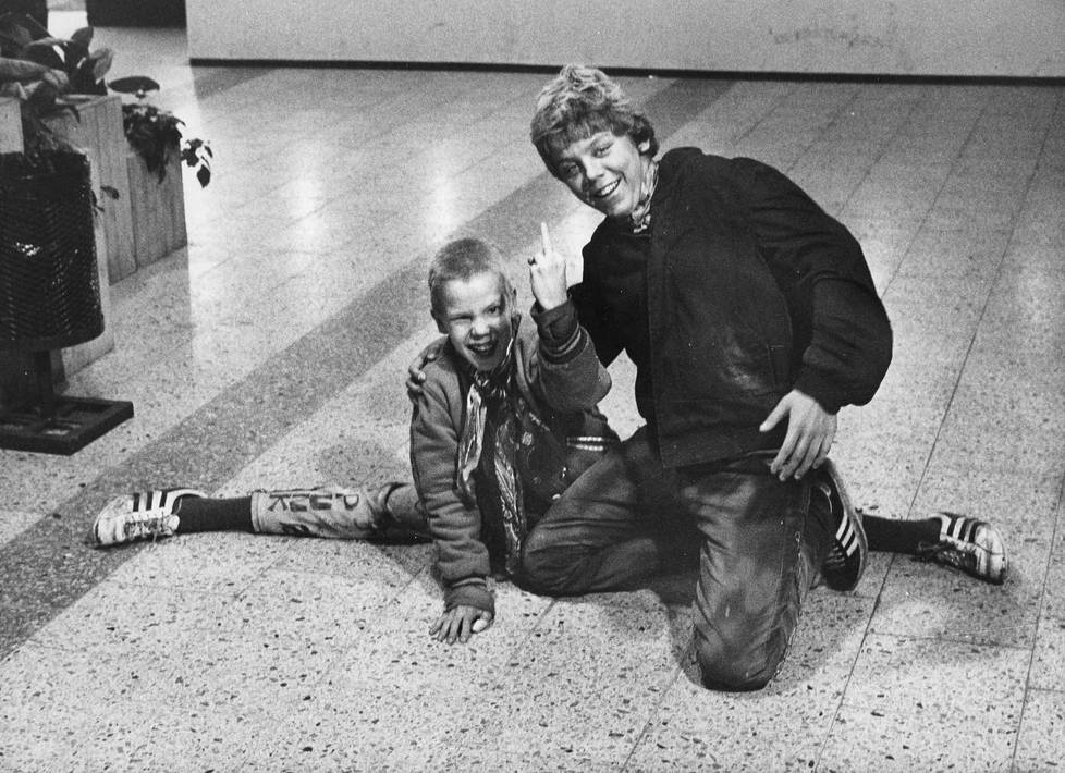 Kuva vuodelta 1981: Hara ja Jasu kannattavat punkia.