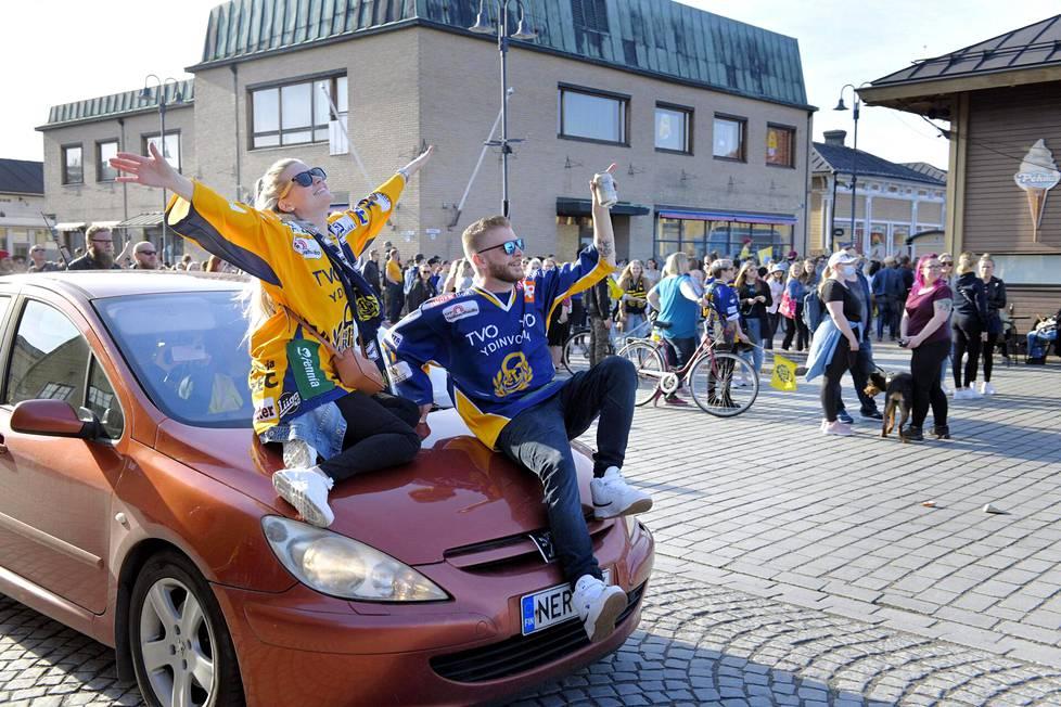 Juhlintaa Vanhan Rauman keskustassa.
